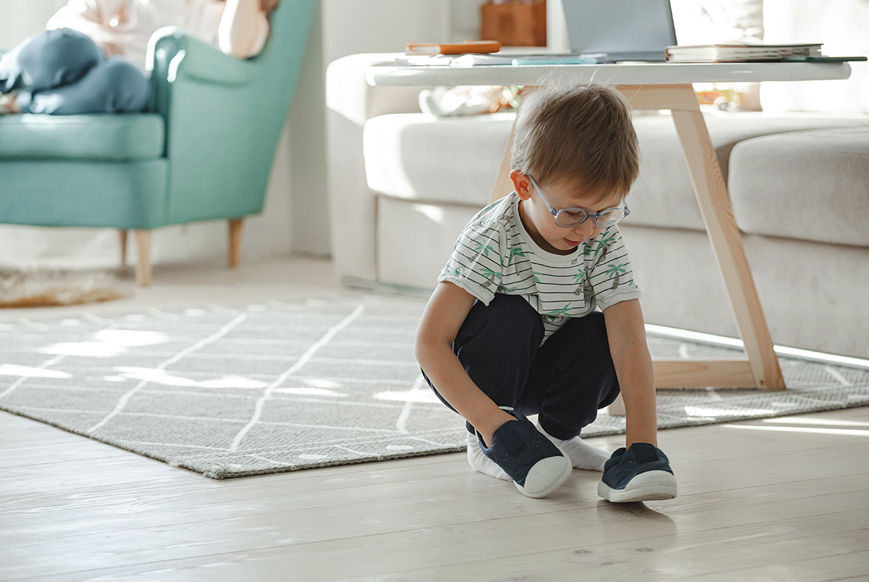 Ergo-_0000_child-with-autism-in-glasses-play-with-his-shoes