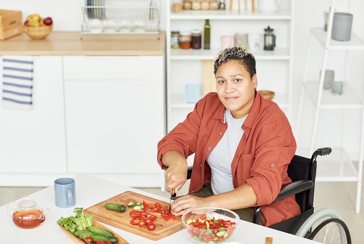 Ergo-_0000_woman-preparing-salad